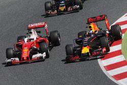 Daniel Ricciardo, Red Bull Racing RB12; Sebastian Vettel, Ferrari SF16-H