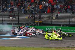 Start: Simon Pagenaud, Team Penske Chevrolet leads as Sébastien Bourdais, KV Racing Technology Chevr