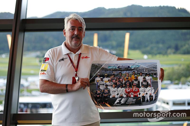 Mark Sutton, photographe F1 avec la photo de groupe des pilotes signée qui sera mise aux enchères pour aider le Great Ormond Street Hospital