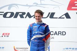 Podium: le vainqueur Egor Orudzhev, Arden Motorsport