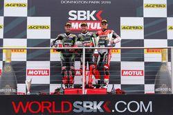 Podio: el ganador Tom Sykes Kawasaki Racing Team, segundo Jonathan Rea, Kawasaki Racing Team y la te