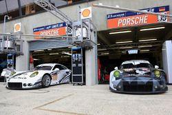 Экипажи #88 Abu Dhabi-Proton Racing Porsche 911 RSR и #89 Proton Competition Porsche 911 RSR