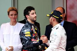 Daniel Ricciardo, Red Bull Racing et Lewis Hamilton, Mercedes AMG F1 se serrent la main sur le podium