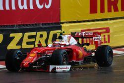 Kimi Raikkonen, Scuderia Ferrari SF16-H pierde su ala delantera