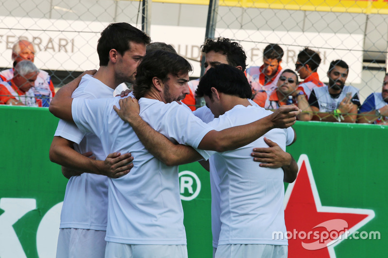 Jolyon Palmer, Renault Sport F1 Team; Fernando Alonso, McLaren; Sergio Perez, Sahara Force India F1 ve Daniel Ricciardo, Red Bull Racing, futbol maçında