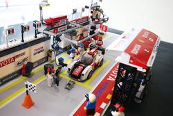 #5 Toyota Racing Toyota TS050 Hybrid: Sébastien Buemi, Kazuki Nakajima in LEGO