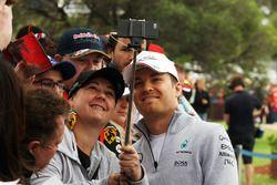 Nico Rosberg, Mercedes AMG F1 Team met fans