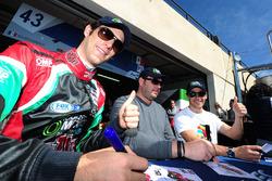 #43 RGR Sport by Morand Ligier JSP2 - Nissan: Ricardo Gonzalez, Filipe Albuquerque, Bruno Senna sign autographs for the fans