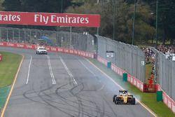 Kevin Magnussen, Renault Sport F1 Team R.S.16 avec une crevaison au départ de la course