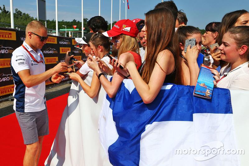 Valtteri Bottas, Williams signs autographs for the fans