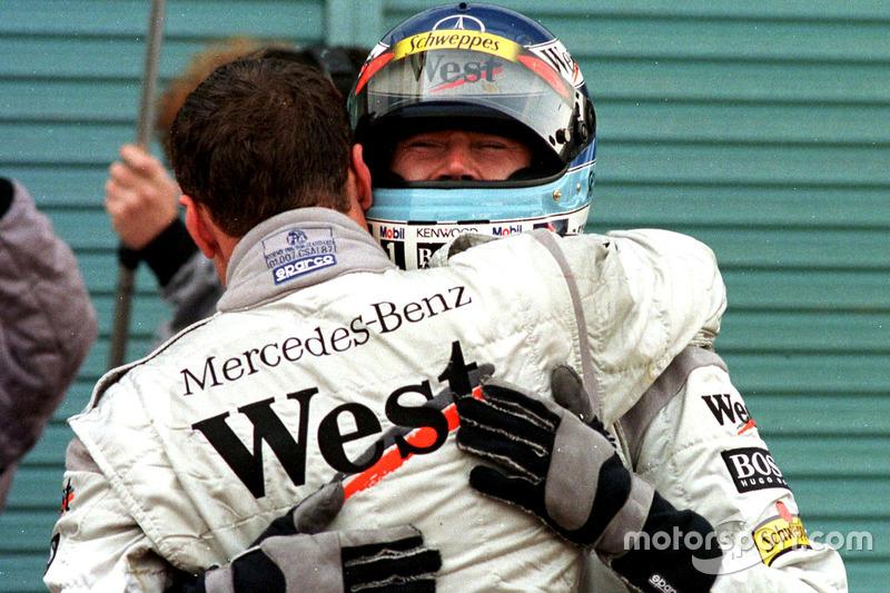 David Coulthard, McLaren, félicite son équipier et nouveau champion du monde Mika Hakkinen, McLaren