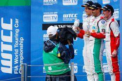 Podium des indépendants : le vainqueur Mehdi Bennani, Sébastien Loeb Racing, Citroën C-Elysée WTCC; le deuxième Tom Chilton, Sébastien Loeb Racing, Citroën C-Elysée WTCC; le troisième Grégoire Demoustier, Sébastien Loeb Racing, Citroën C-Elysée WTCC