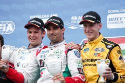 Podium : le deuxième, Tom Chilton, Sébastien Loeb Racing, Citroën C-Elysée WTCC; le vainqueur Mehdi Bennani, Sébastien Loeb Racing, Citroën C-Elysée WTCC; le troisième, Nicky Catsburg, LADA Sport Rosneft, Lada Vesta