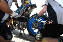 Meccanici al lavoro sulla moto di Jack Miller, Estrella Galicia 0,0 Marc VDS