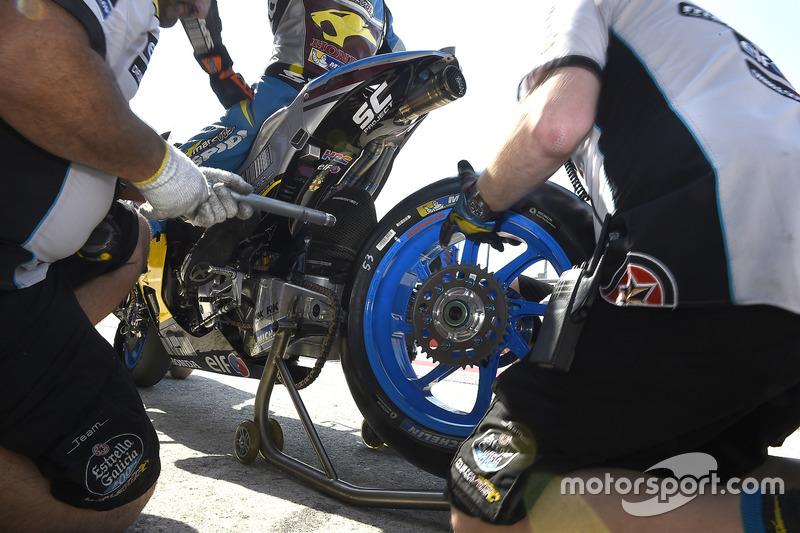 الميكانيكيون يعملون على دراجة جاك ميلر، مارك في دي إس رايسينغ