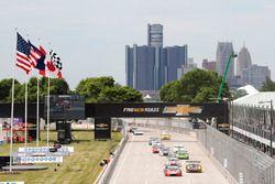 GTD start: #48 Paul Miller Racing Lamborghini Huracan: Bryan Sellers, Madison Snow aan de leiding