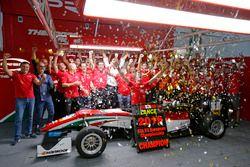 Le Champion 2016 Lance Stroll, Prema Powerteam Dallara F312 – Mercedes-Benz fête son titre avec l'équipe