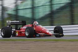 Un Ferrari clásico realiza una carrera de demostración