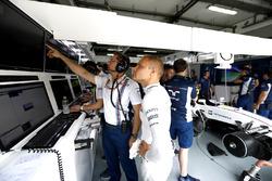 Valtteri Bottas, Williams, et Jonathan Eddolls, ingénieur de course Williams, discutent des données dans le garage