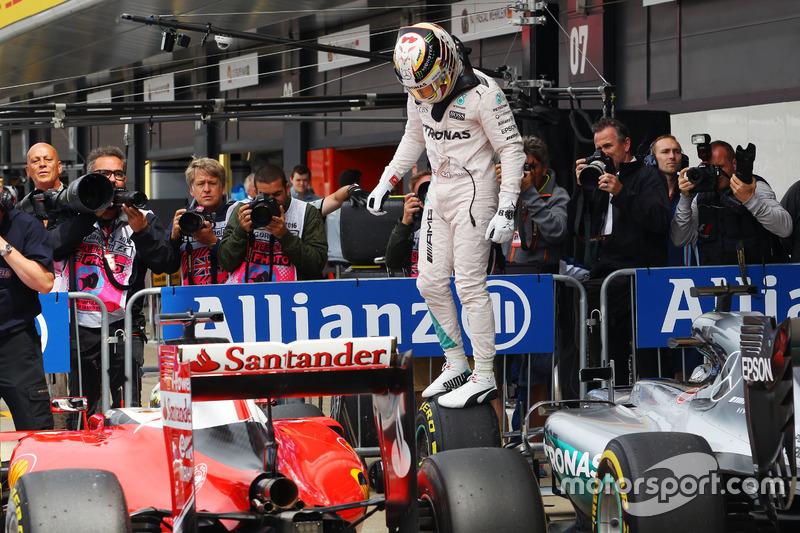 Lewis Hamilton, Mercedes AMG F1 W07 Hybrid fête sa pole position dans le parc fermé