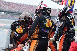 Tony Stewart, Stewart-Haas Racing Chevrolet, übergibt während des Rennens an Ty Dillon