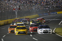 Start zu Segment 1: Kevin Harvick, Stewart-Haas Racing Chevrolet, und Kyle Busch, Joe Gibbs Racing T