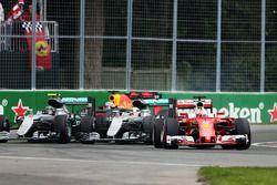 Sebastian Vettel, Ferrari SF16-H devant Lewis Hamilton, Mercedes AMG F1 W07 Hybrid et Nico Rosberg, Mercedes AMG F1 W07 Hybrid au départ