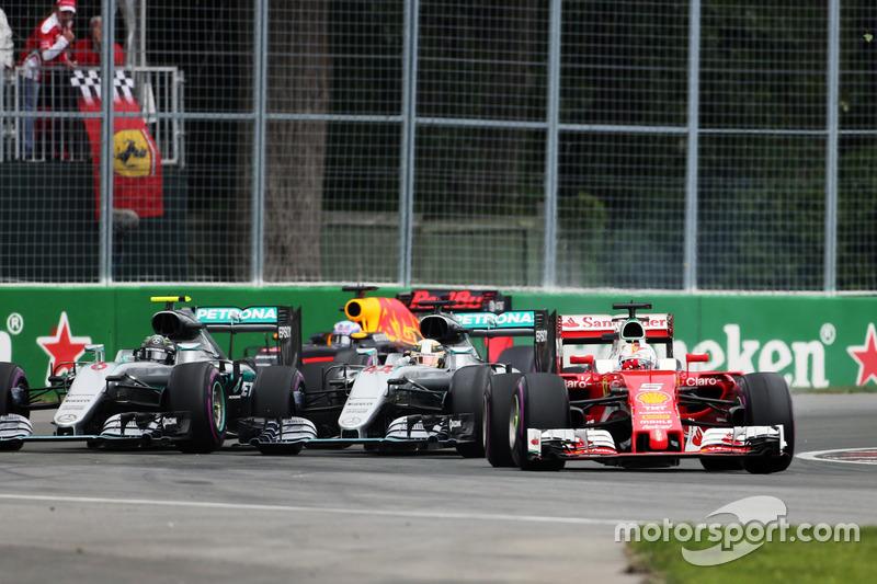 Себастьян Феттель, Ferrari SF16-H випереджає Льюїса Хемілтона, Mercedes AMG F1 W07 Hybrid та Ніко Ро