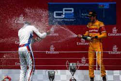 Le vainqueur Antonio Giovinazzi, PREMA Racing & le deuxième Sergey Sirotkin, ART Grand Prix
