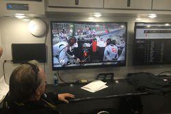 Equipo Stewart-Haas Racing viendo la carrera de fórmula 1