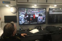 Gene Haas regardant le GP de Bahreïn de F1
