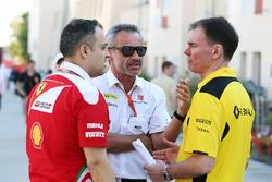 Beat Zehnder, Sauber F1 Teammanager mit Alan Permane, Renault Sport F1 Team