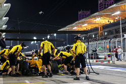 Kevin Magnussen, Renault Sport F1 Team RS16 practices a pit stop