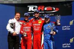 Podio: segundo puesto James Nash, Team Craft-Bamboo, Seat León TCR; primer lugar Pepe Oriola, Team C