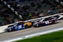 Daniel Suarez, Joe Gibbs Racing Toyota y Dale Earnhardt Jr., JR Motorsports Chevrolet