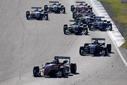 De start, Callum Ilott, Prema Powerteam, Dallara F317 - Mercedes-Benz vooraan