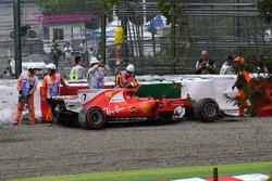 La voiture endommagée de Kimi Raikkonen, Ferrari SF70H