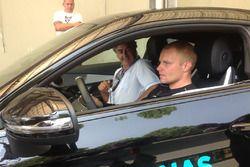 Valtteri Bottas sale sulla Mercedes C63 AMG per esibirisi sul circuito realizzato nell'aera dello st