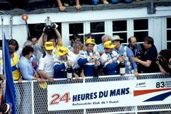 Podio: ganadores de la carrera Al Holbert, Hurley Haywood, Vern Schuppan, Porsche 956