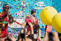 Nick Heidfeld, Mahindra Racing, spruzza lo champagne sul podio