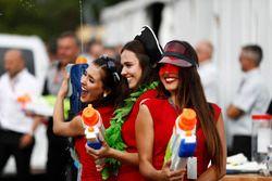 Girls mit Wasserspritzpistolen