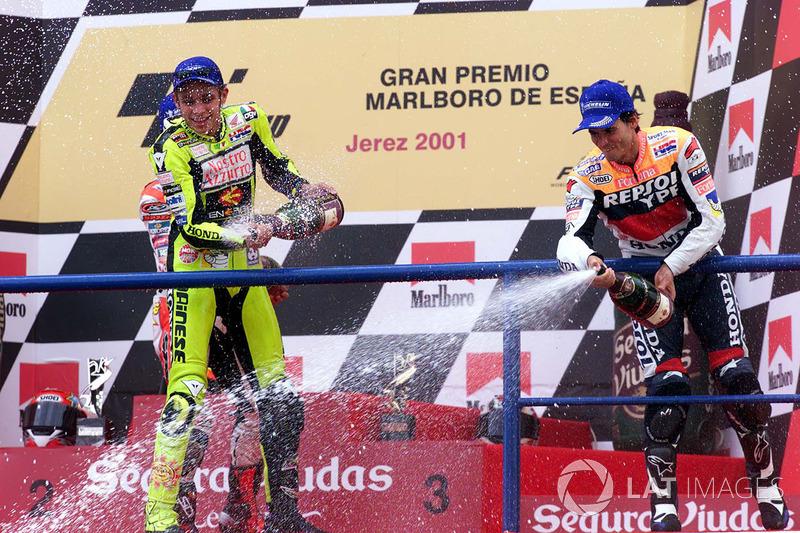 Valentino Rossi dan Alex Criville berbagi podium di Jerez.