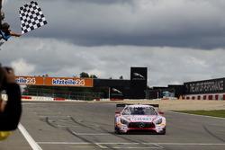 Zielflagge für #26 BWT Mücke Motorsport, Mercedes-AMG GT3: Sebastian Asch, Lucas Auer
