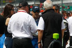 Tony Kanaan, Chip Ganassi Racing Honda chats with Roger Penske and Chip Ganassi