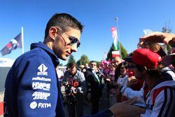 Esteban Ocon, Sahara Force India F1 signe des autographes pour les fans
