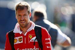 Sebastian Vettel, Ferrari, arrive dans le paddock