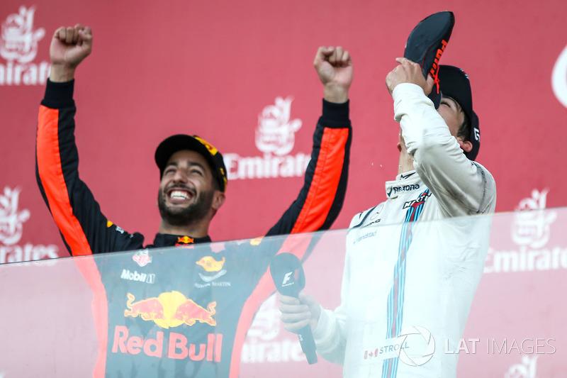 Lance Stroll, Williams fête son podium avec le vainqueur Daniel Ricciardo, Red Bull Racing en faisant un shoey