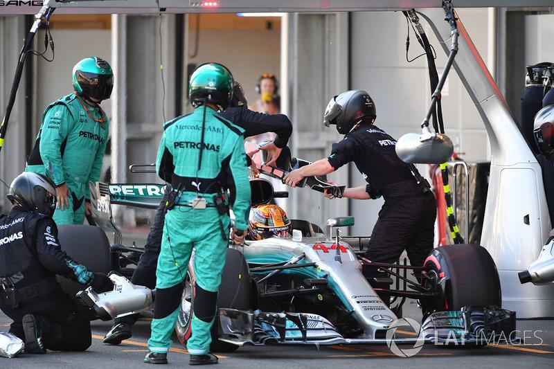 Льюису Хэмилтону меняют подголовник, отвалившийся по ходу гонки в Баку