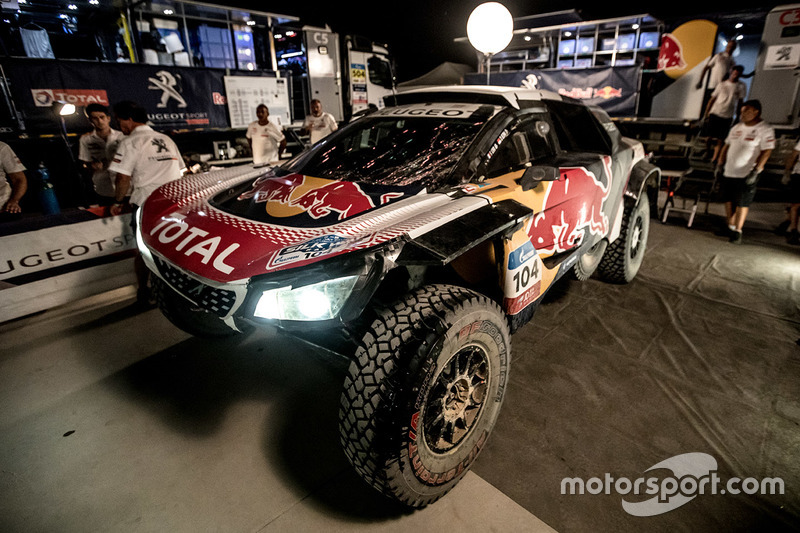 #104 Peugeot Sport Peugeot 3008 DKR: Sébastien Loeb, Daniel Elena after the crash