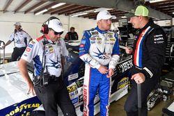 Chris Buescher, JTG Daugherty Racing Chevrolet, mit Crewchief Trent Owens, und Michael McDowell, Lea